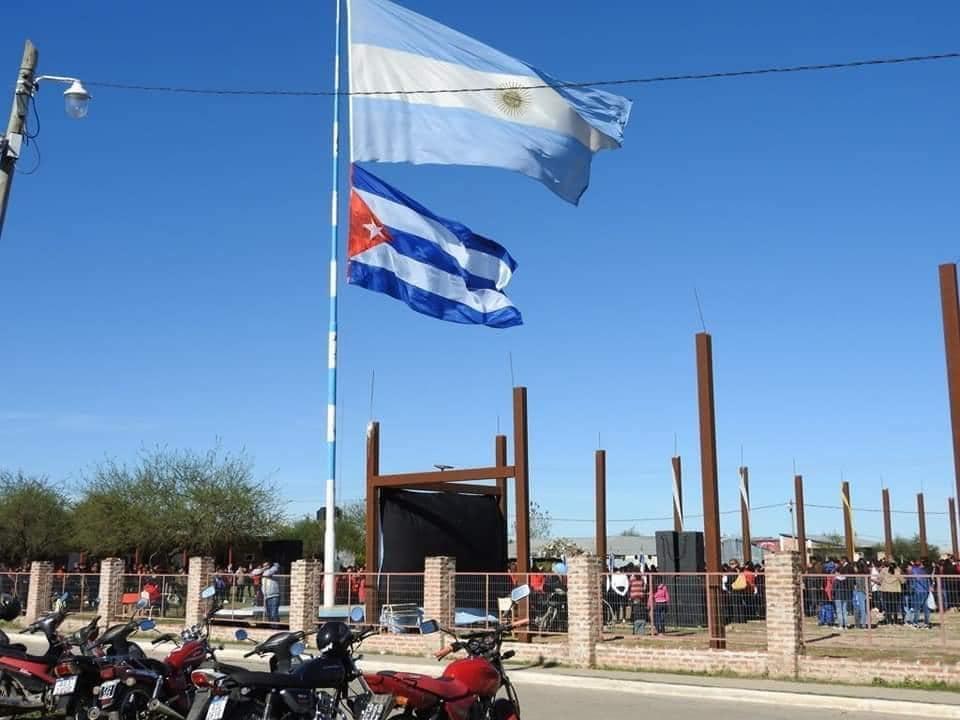 Sí, hubo un acto escolar en Chaco donde se izó la bandera de la Argentina junto a la de Cuba