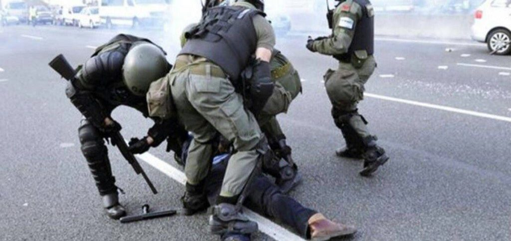 """La vieja imagen de la represión y la real del policía con la etiqueta """"made in USA"""" en su arma que circularon durante el paro general contra Macri"""