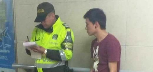 Es #FalsoEnLasRedes la foto en la que un policía no deja tocar a un violinista en el subte porteño
