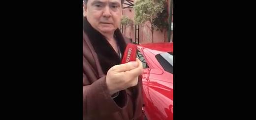 No, la persona junto a la Ferrari no es un intendente chaqueño