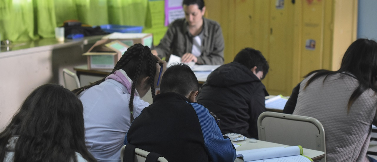 Pruebas PISA: sólo 1 de cada 100 estudiantes argentinos alcanzó el nivel más alto en Lectura, que logra distinguir datos de opiniones