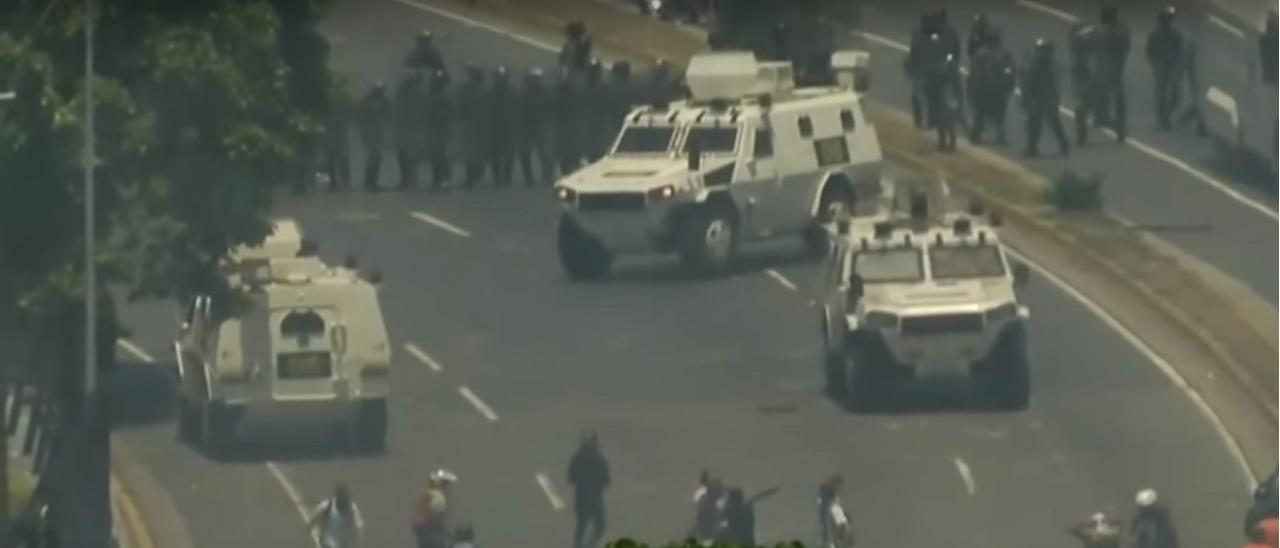 Es verdadero el video de los tanques militares que atropellan manifestantes en Venezuela