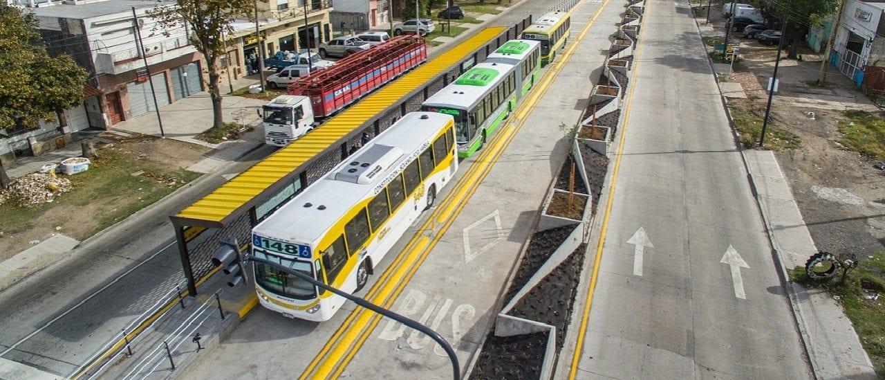 Inauguraron nuevo Metrobús en Quilmes, aunque antes no toda la avenida Calchaquí era de barro, como da a entender un tuit de Cambiemos