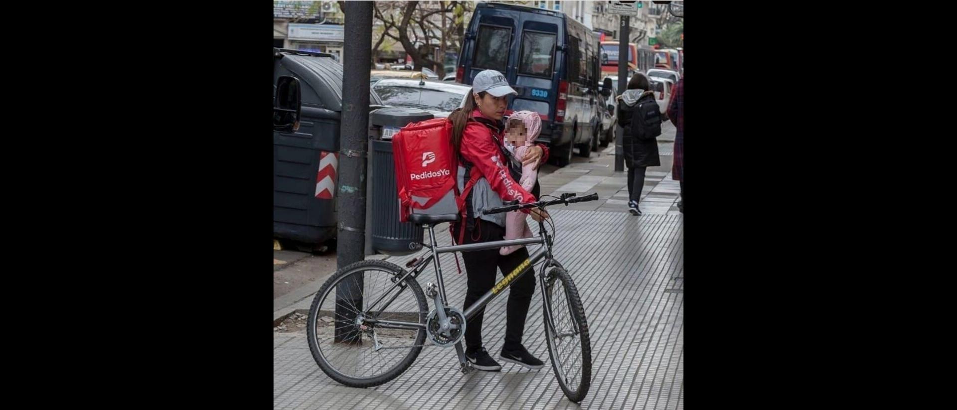La historia detrás de la foto viral sobre la mamá repartidora de PedidosYa