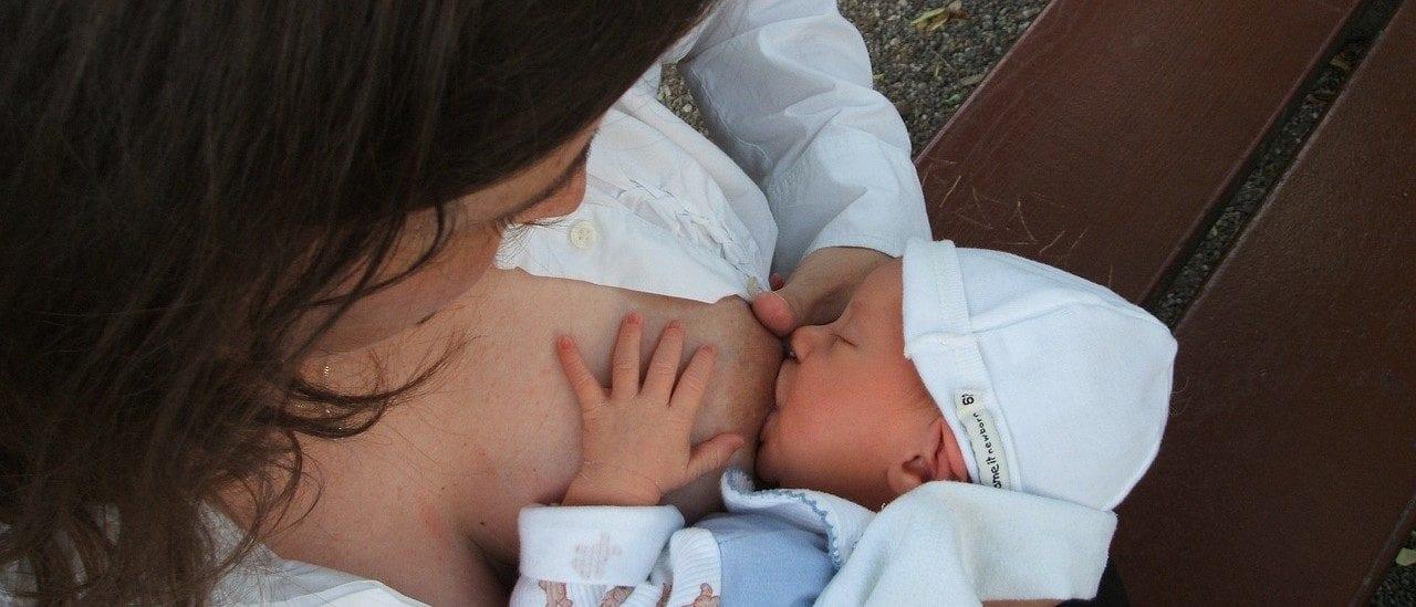 Madres con COVID-19 pueden estar en contacto y amamantar a sus recién nacidos
