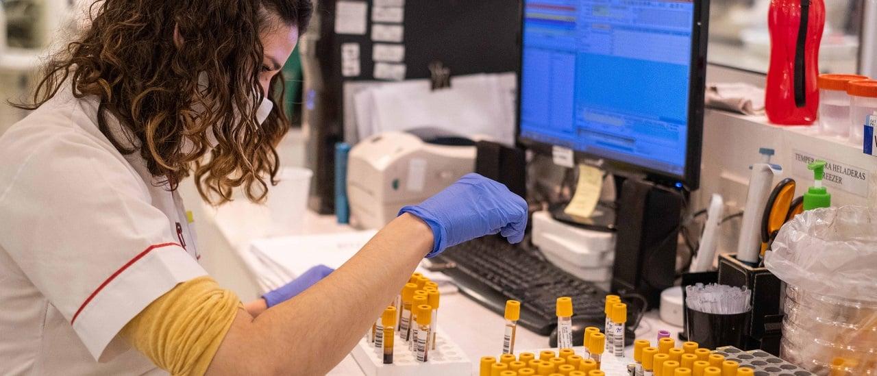 Qué significan y por qué preocupan las nuevas variantes del coronavirus