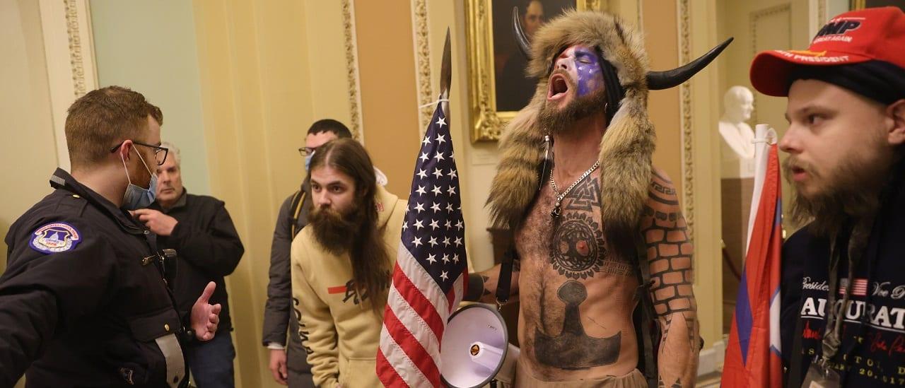 Estados Unidos: el hombre con el gorro de cuernos demuestra lo lejos que puede llegar la desinformación y lo peligrosa que puede ser