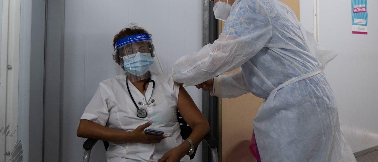 Coronavirus: qué datos tuvo en cuenta la ANMAT para recomendar el uso de la vacuna Sputnik V en mayores de 60 años