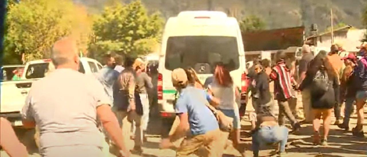 Lago Puelo: los autos señalados pertenecen a la policía provincial pero la participación de sus ocupantes en las agresiones al Presidente todavía se está investigando