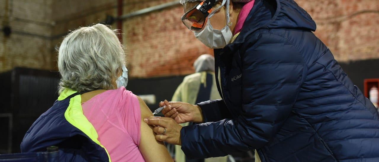 Por qué colapsaron los centros de vacunación de la Ciudad contra el coronavirus