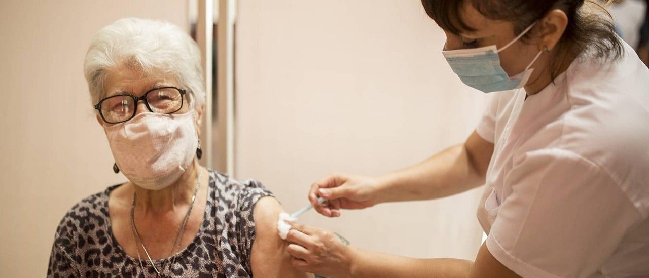 Recomiendan un intervalo de 14 días entre la primera dosis de la vacuna contra el coronavirus y la antigripal